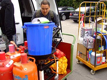 Xiao Pan beim Entladen der Küchenutensilien und der ersten Lebensmitteleinkäufe.